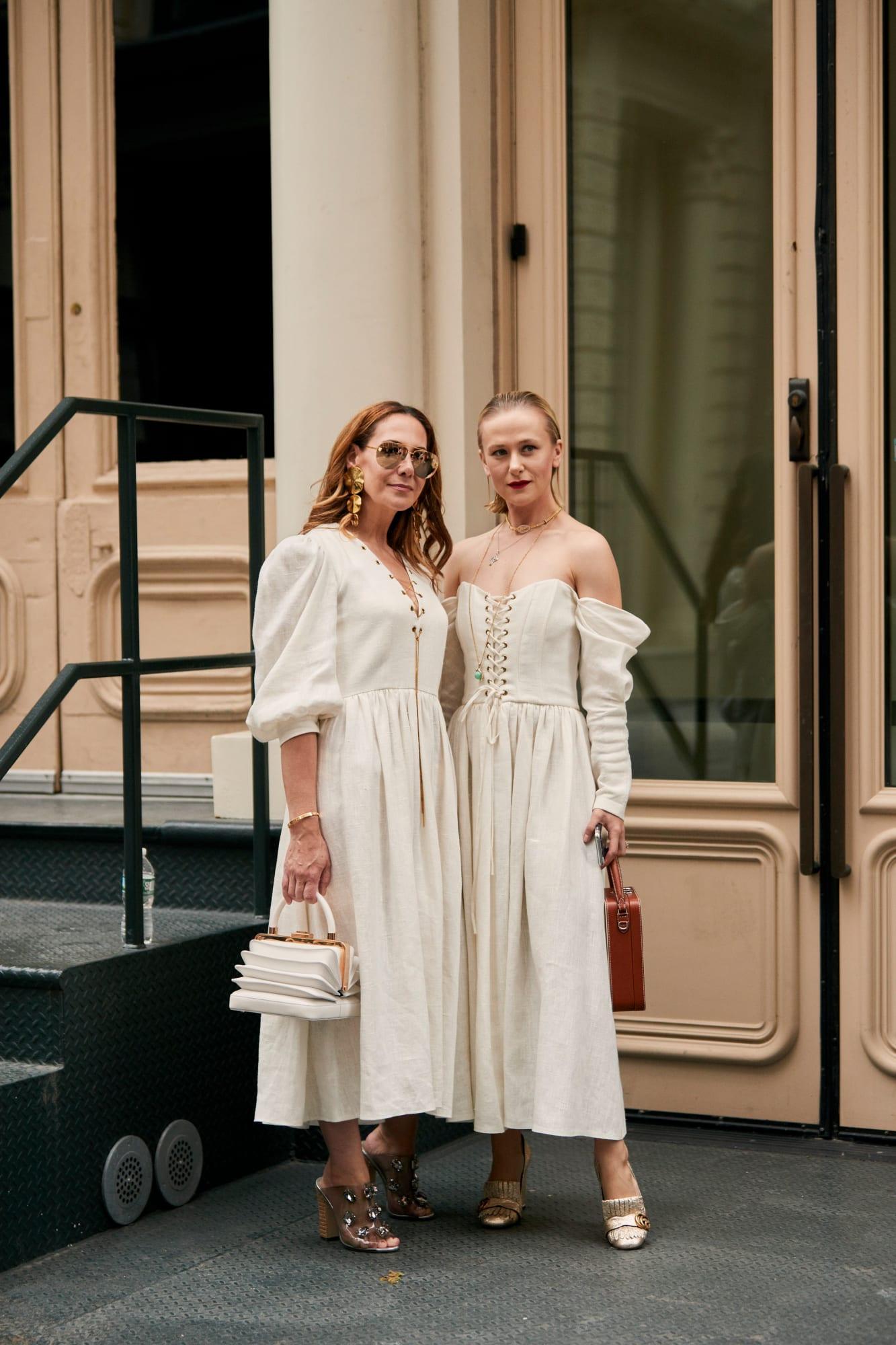 hai fashionista diện đầm trắng và giày cao gót