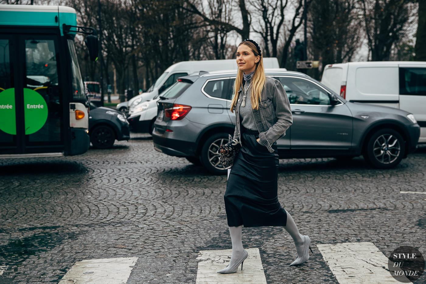 Pernille Teisbaek mặc denim jacket xám, áo cổ lọ xám, chân váy bút chì đen, bốt, vòng cổ ngọc trai và băng đô đen đính ngọc trai tại show diễn của thương hiệu chanel 2018