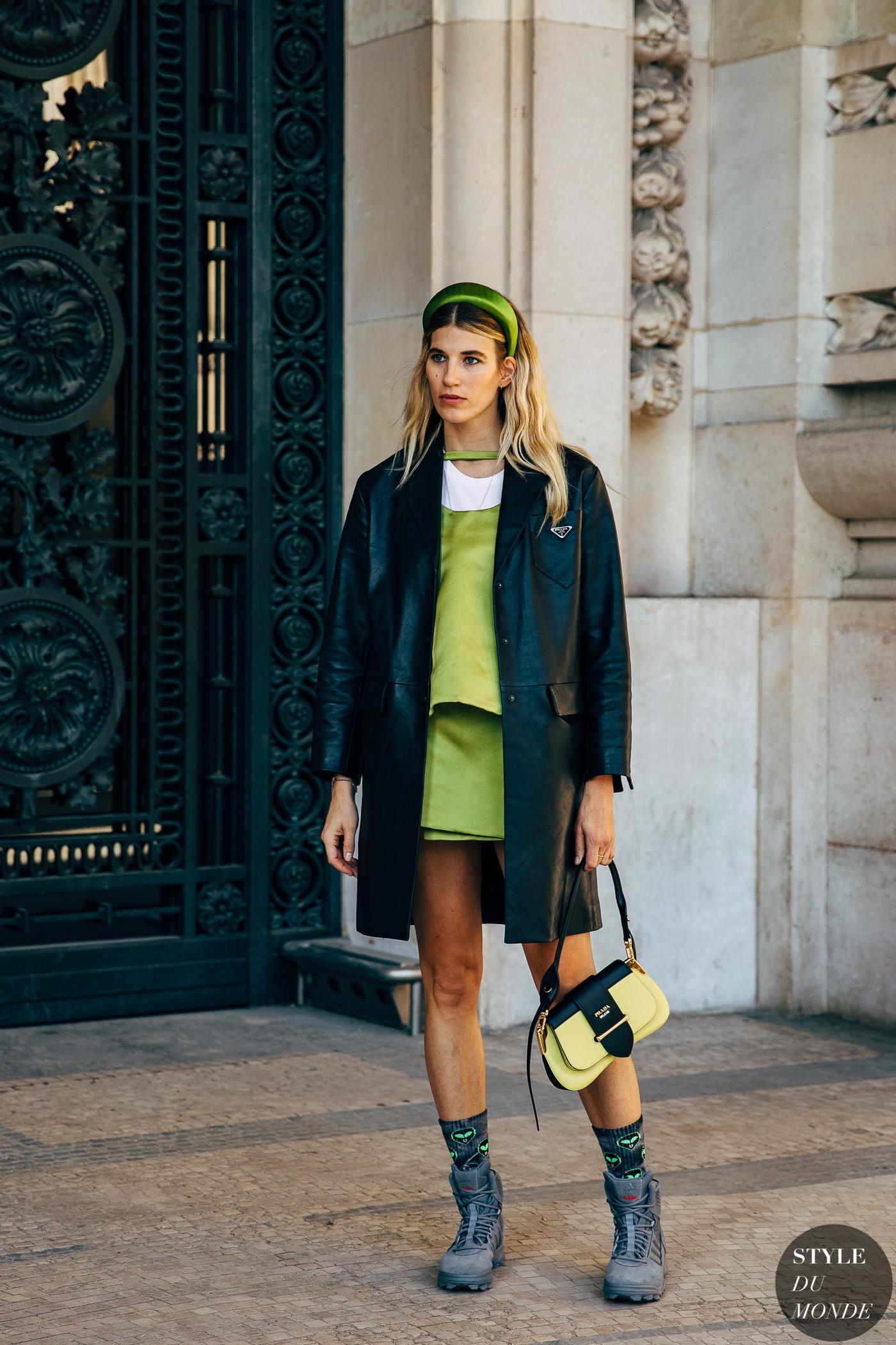fashionista diện đầm xanh neon, blazr đen, băng đô xanh neon và dad sneakers tại tuần lễ thời trang paris thu - đông 2019