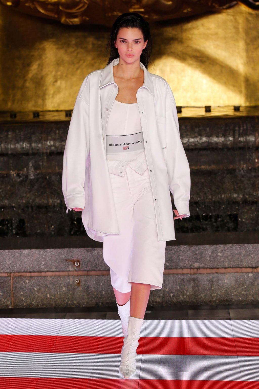 Kendall Jenner áo khoác phom rộng màu trắng