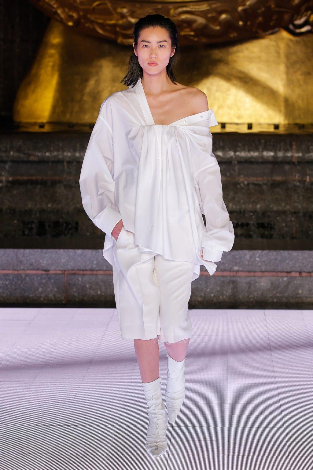 Liu Web mặc áo sơmi lệch vai và quần lụa
