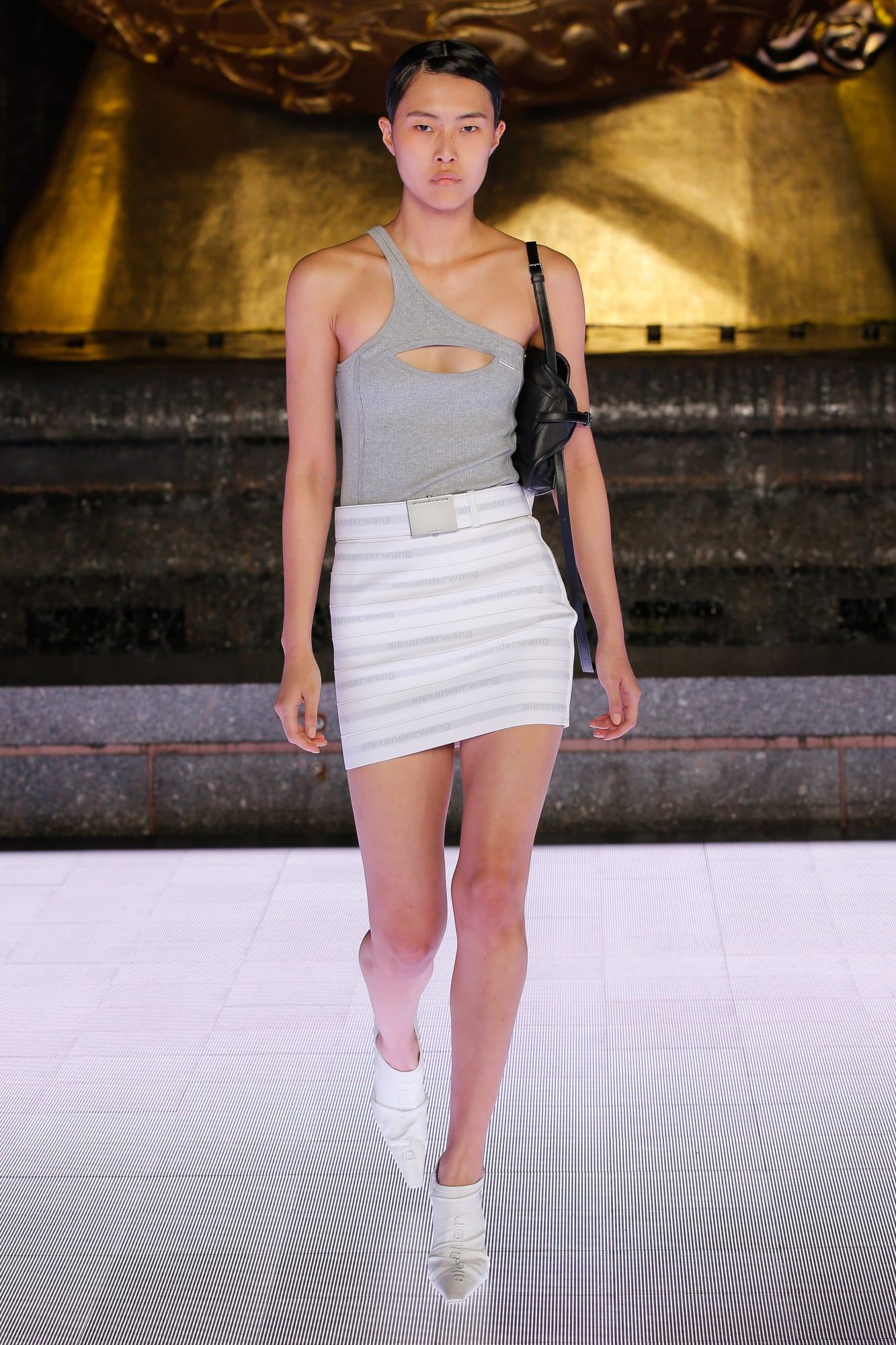 áo cut out và chân váy ngắn màu trắng