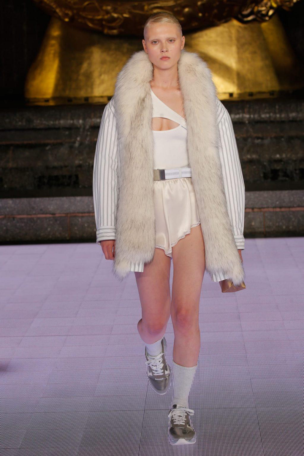 áo thun cut out và khăn choàng lông và quần shorts lụa BST Alexander Wang 2020