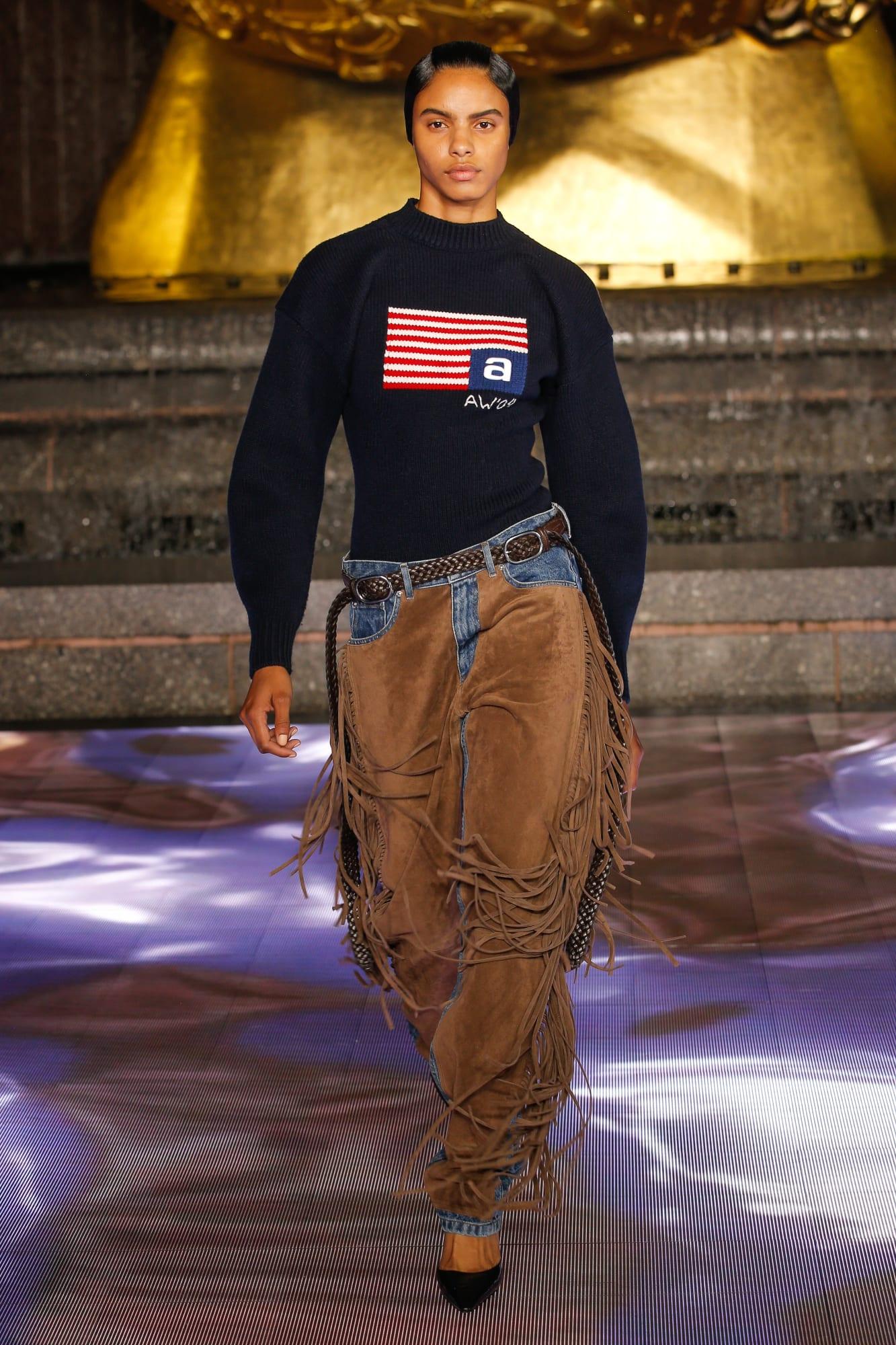 áo nỉ in logo và quần bò tua rua BST Alexander Wang 2020