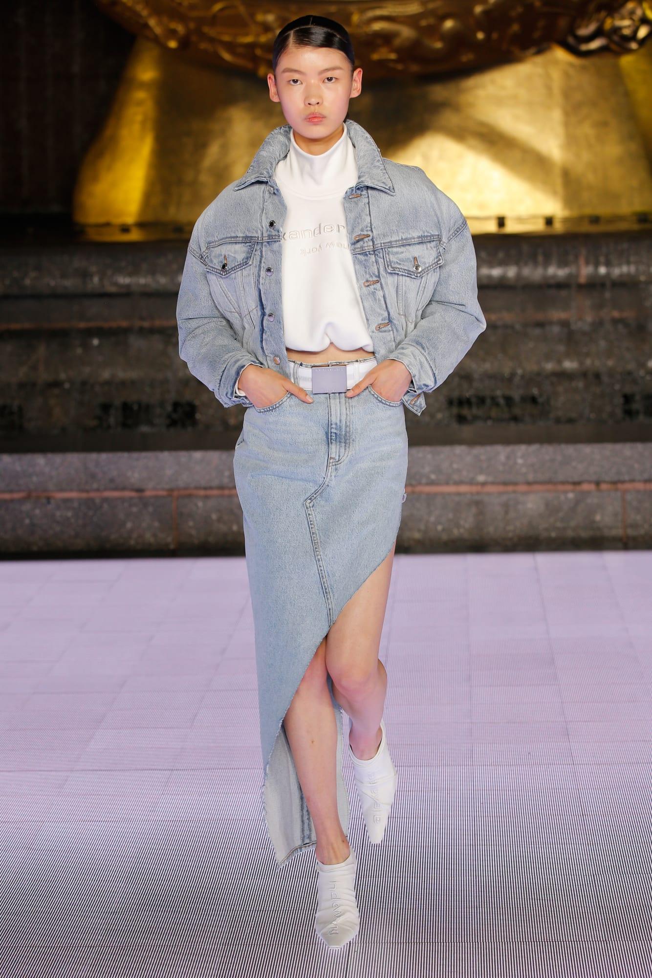 chân váy denim bất đối xứng và áo crop top Alexander Wang 2020