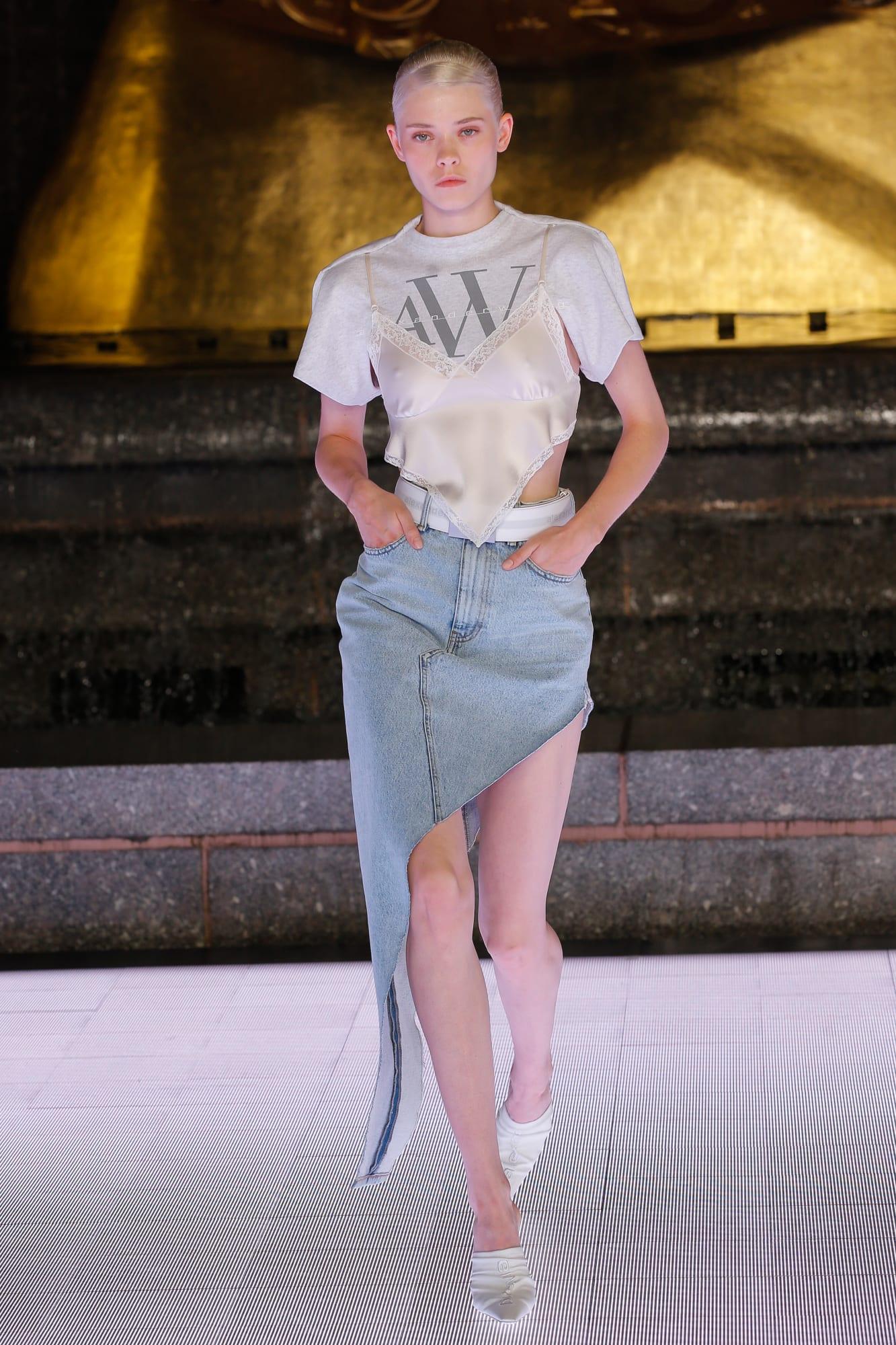 chân váy denim bất đối xứng và áo lụa Alexander Wang 2020