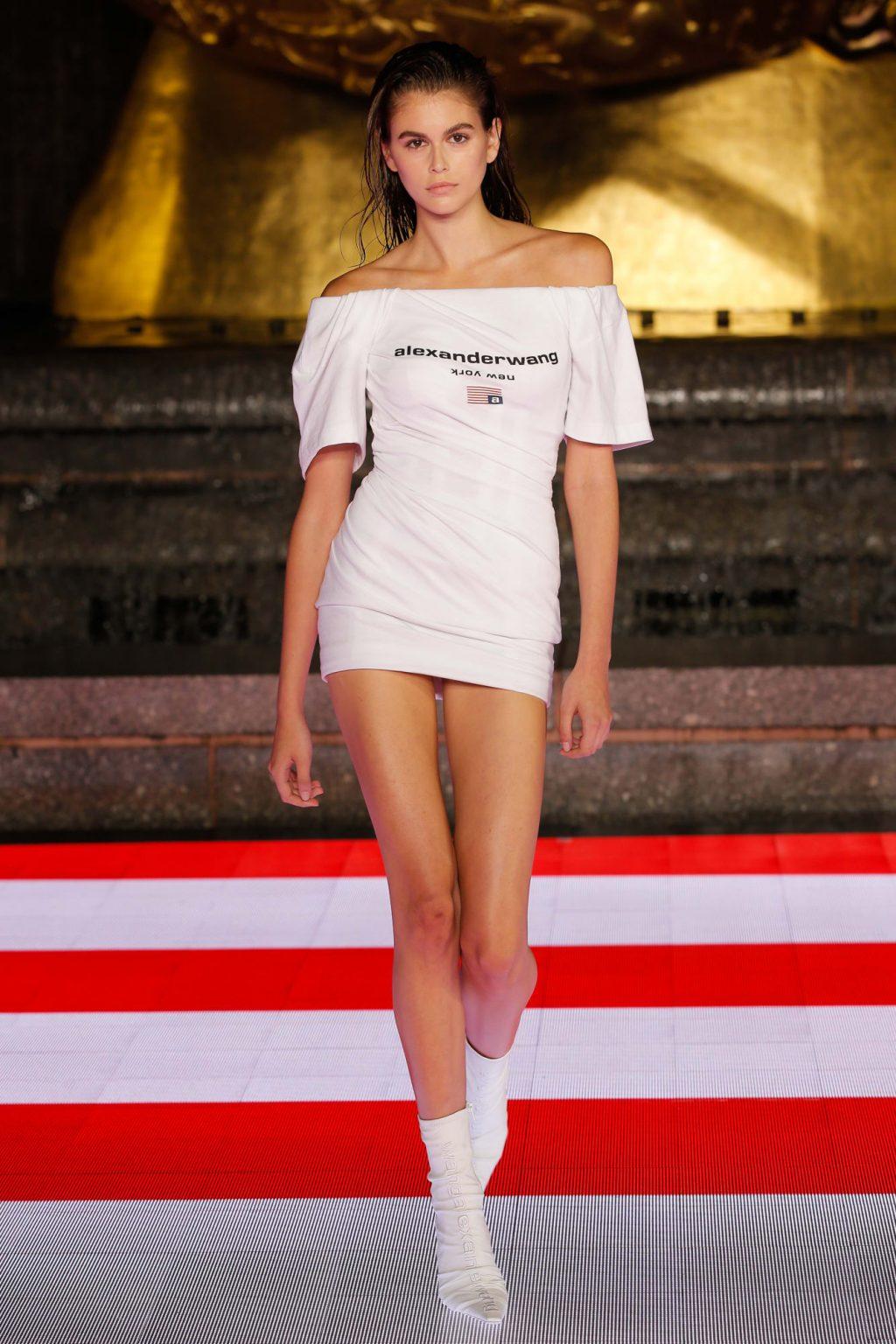 Kaia Gerber diện đầm lệch vai ngắn Alexander Wang 2020