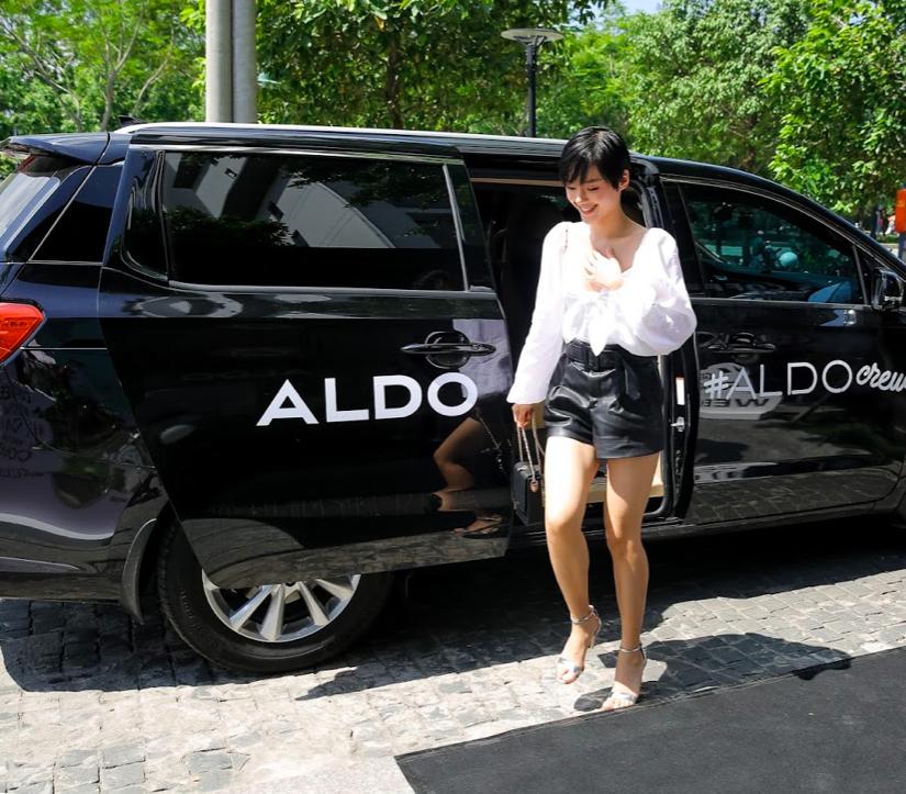 Khánh Linh the face xe hơi aldo màu đen