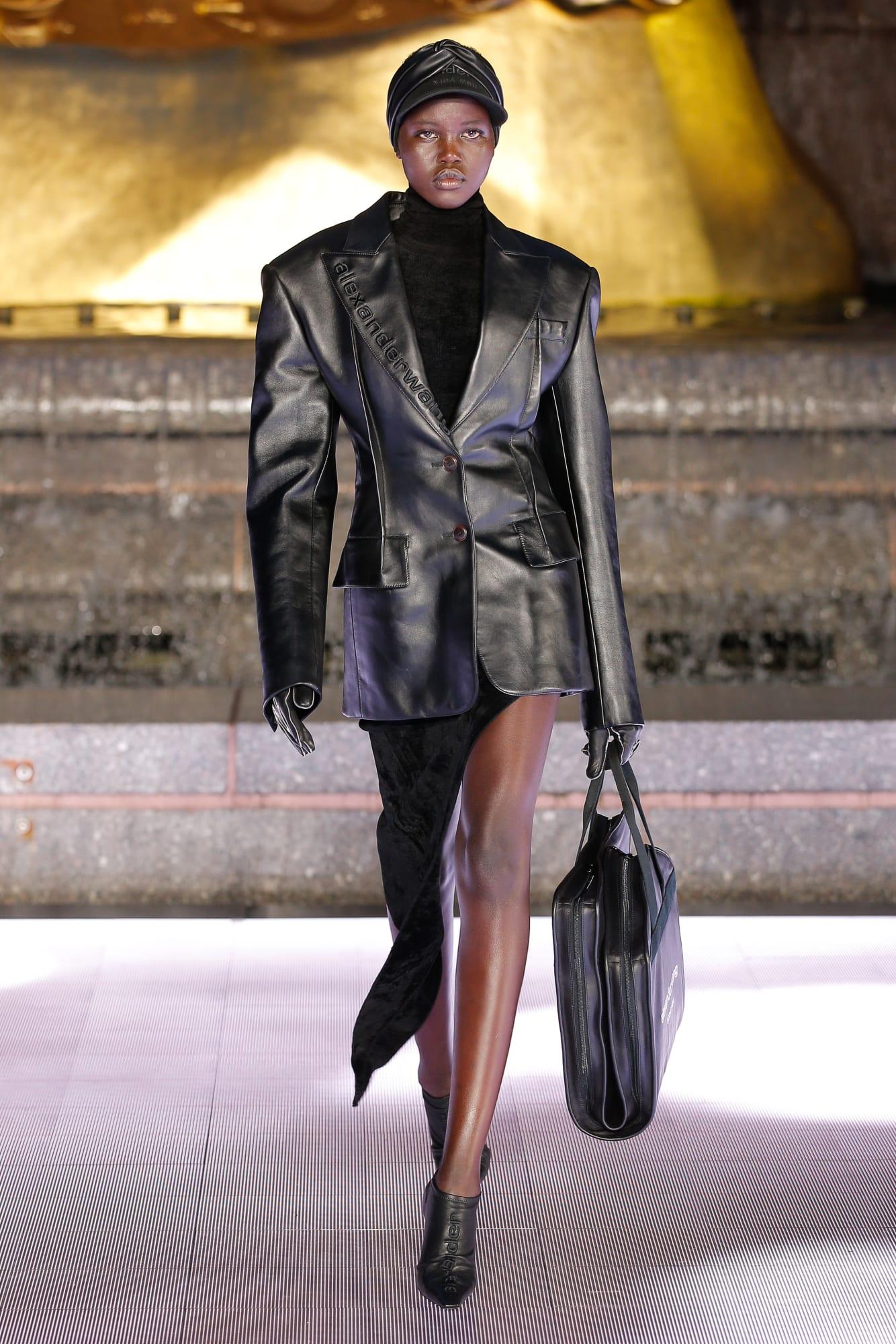áo khoác da và đầm bất đối xứng