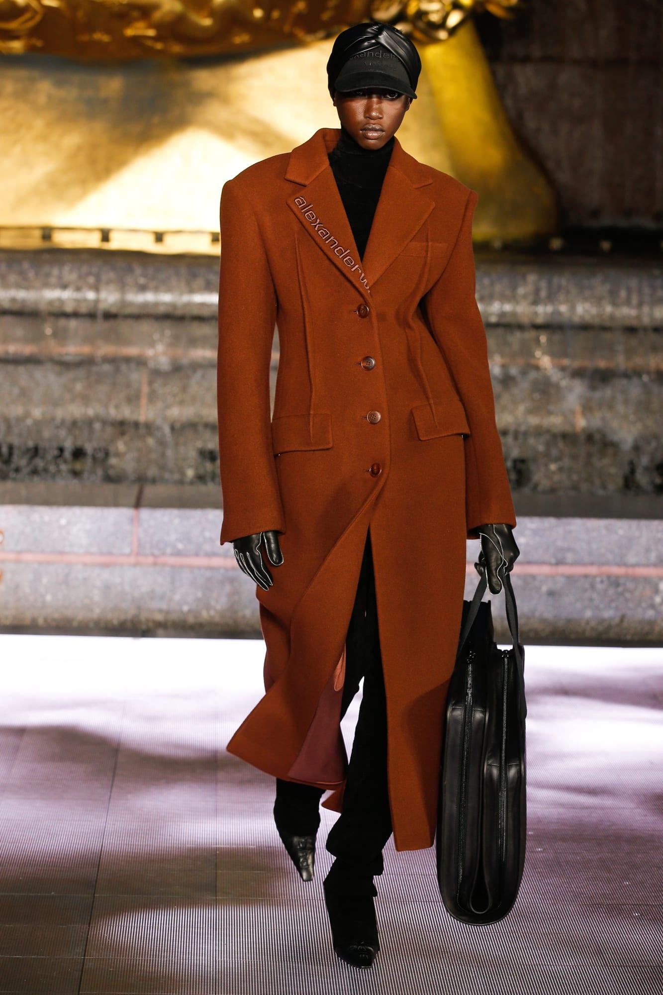 áo khoác dáng dài màu nâu và túi xách đen