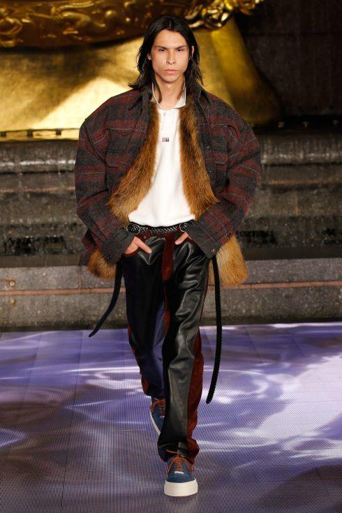 <br/>áo khoác lông và quần da