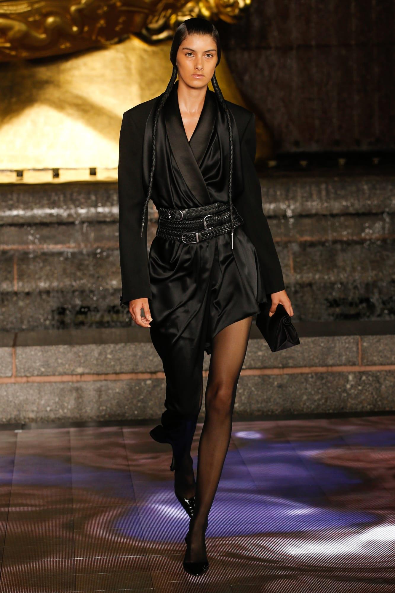 chân váy màu đen và thắt lưng