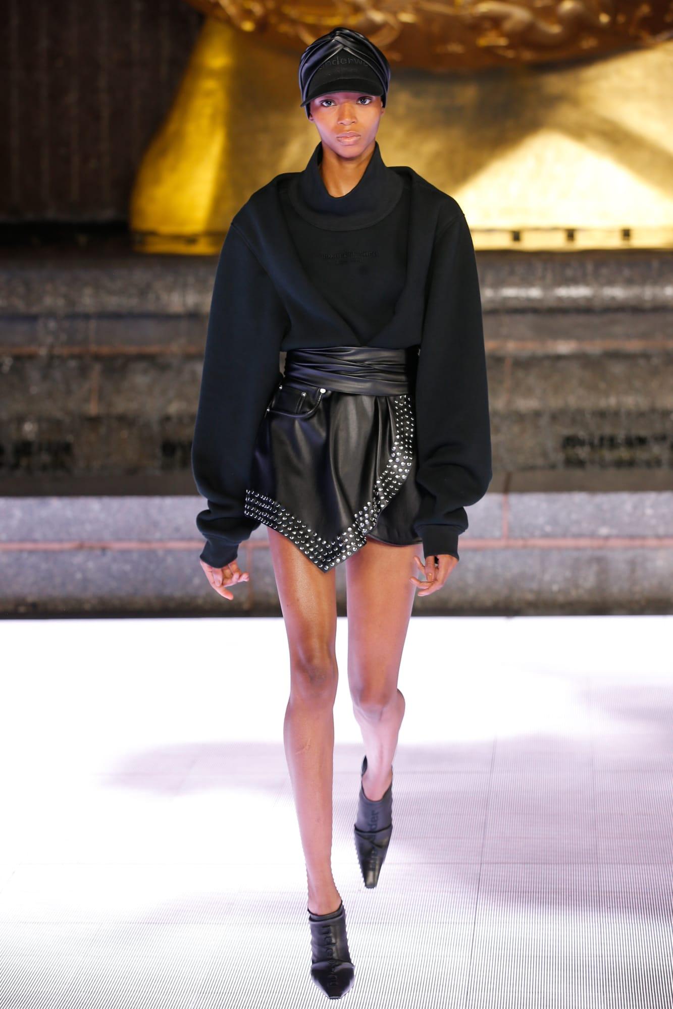 quần shorts da và áo nỉ màu đen