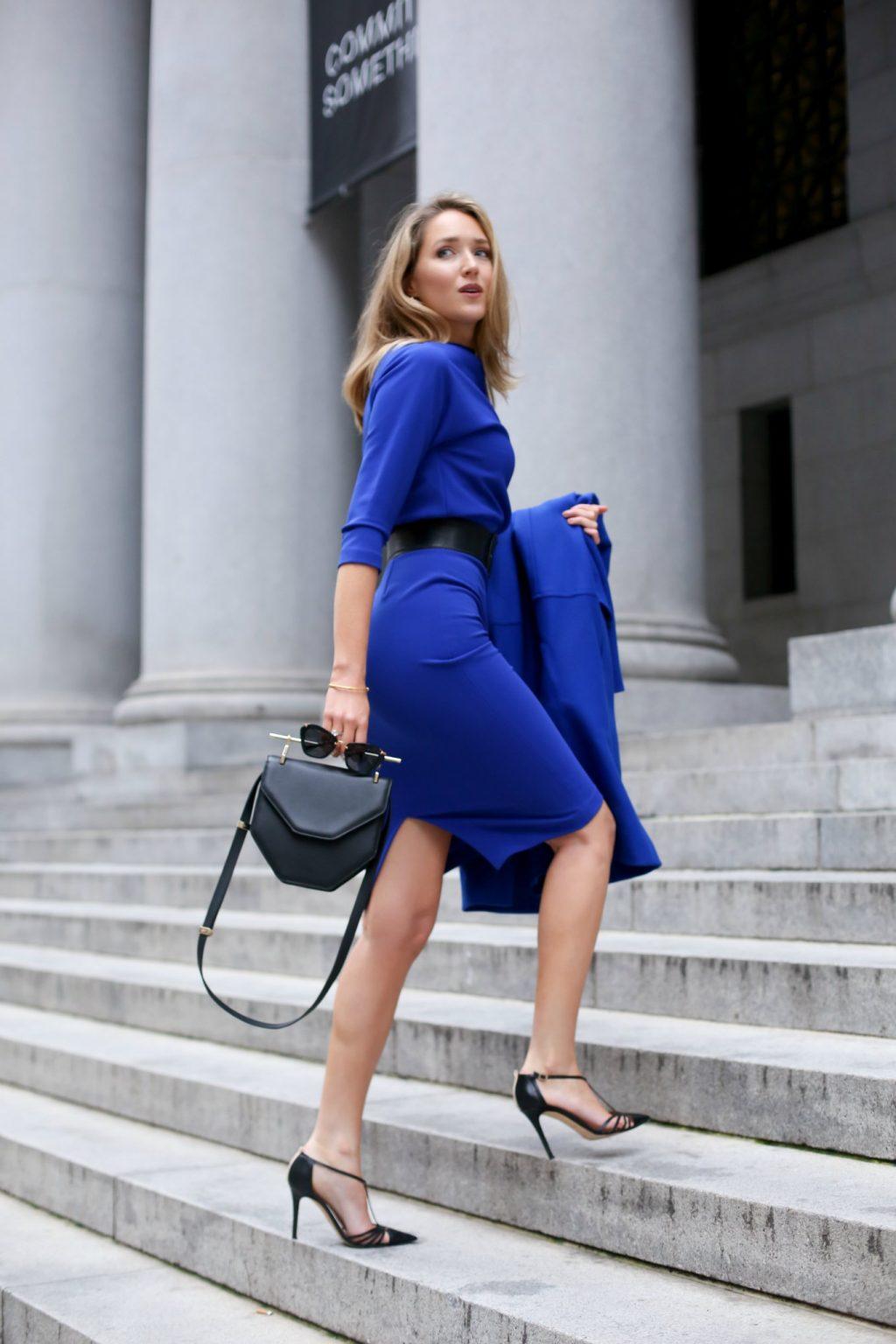 trang phục phỏng vấn đầm xanh túi xách đen giày cao gót đen