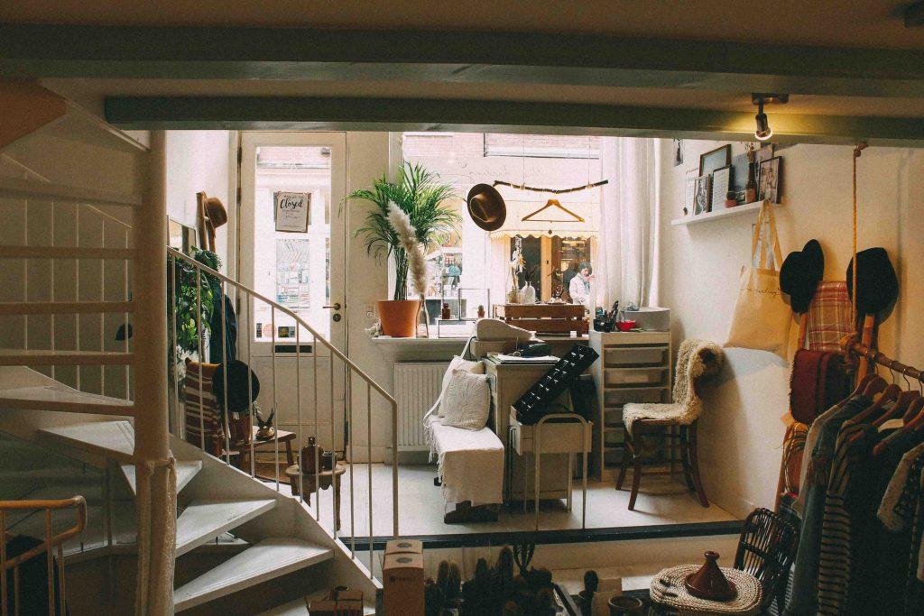 ngôi nhà có nhiều quần áo