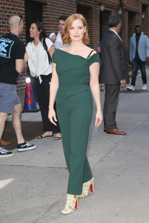 Jessica Chastain diện jumpsuit lệch vai màu xanh và giày cao gót họa tiết hoa tại một sự kiện ở New York