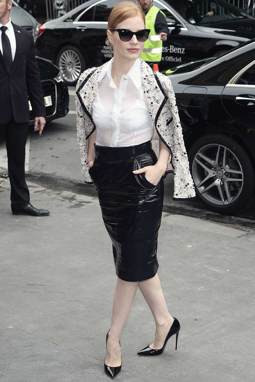 Jessica Chastain diện sơmi trắng, chân váy bút chì thuộc da đen, áo khoác vải tweed, giày cao gót và kính mắt mèo tại sự kiện của thương hiệu chanel