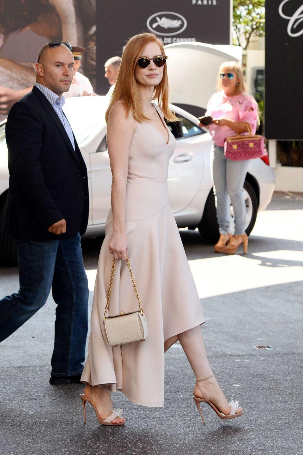 Jessica Chastain mặc đầm lụa màu beige, túi xách và giày cao gót màu beige tại liên hoan phim cannes