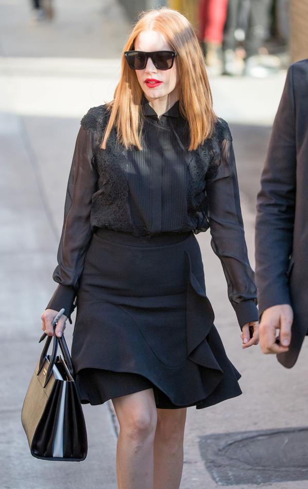 phong cách thời trang của nữ diễn viên Jessica Chastain gây ấn tượng với bản phối giữa áo sơmi đen, chân váy đen và túi xách đen của thương hiệu Givenchy