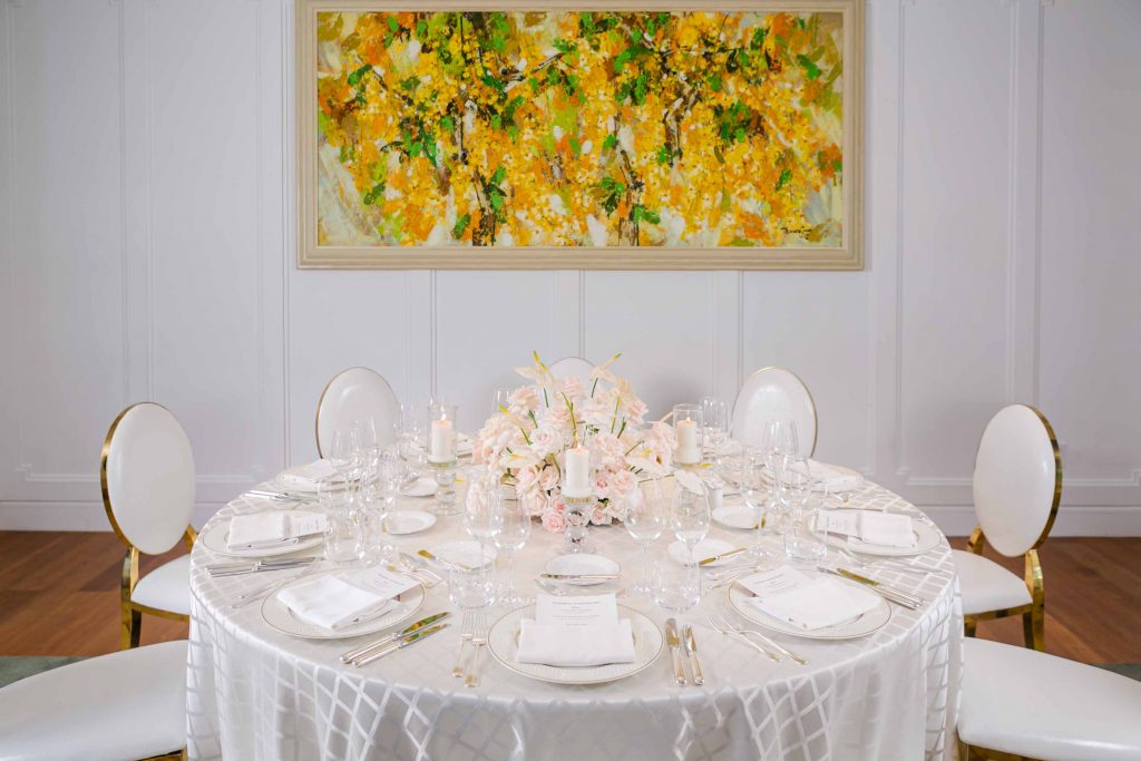 bàn tiệc kỷ niệm ngày cưới màu trắng