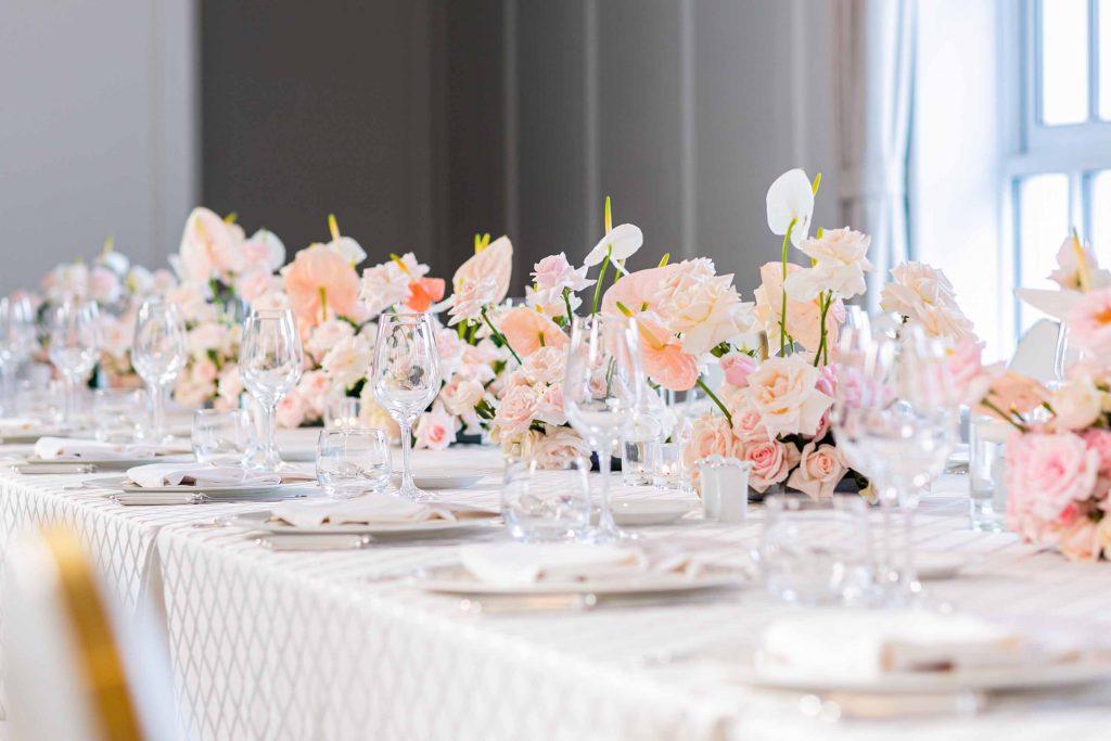 bàn tiệc kỷ niệm ngày cưới màu trắng có hoa hồng