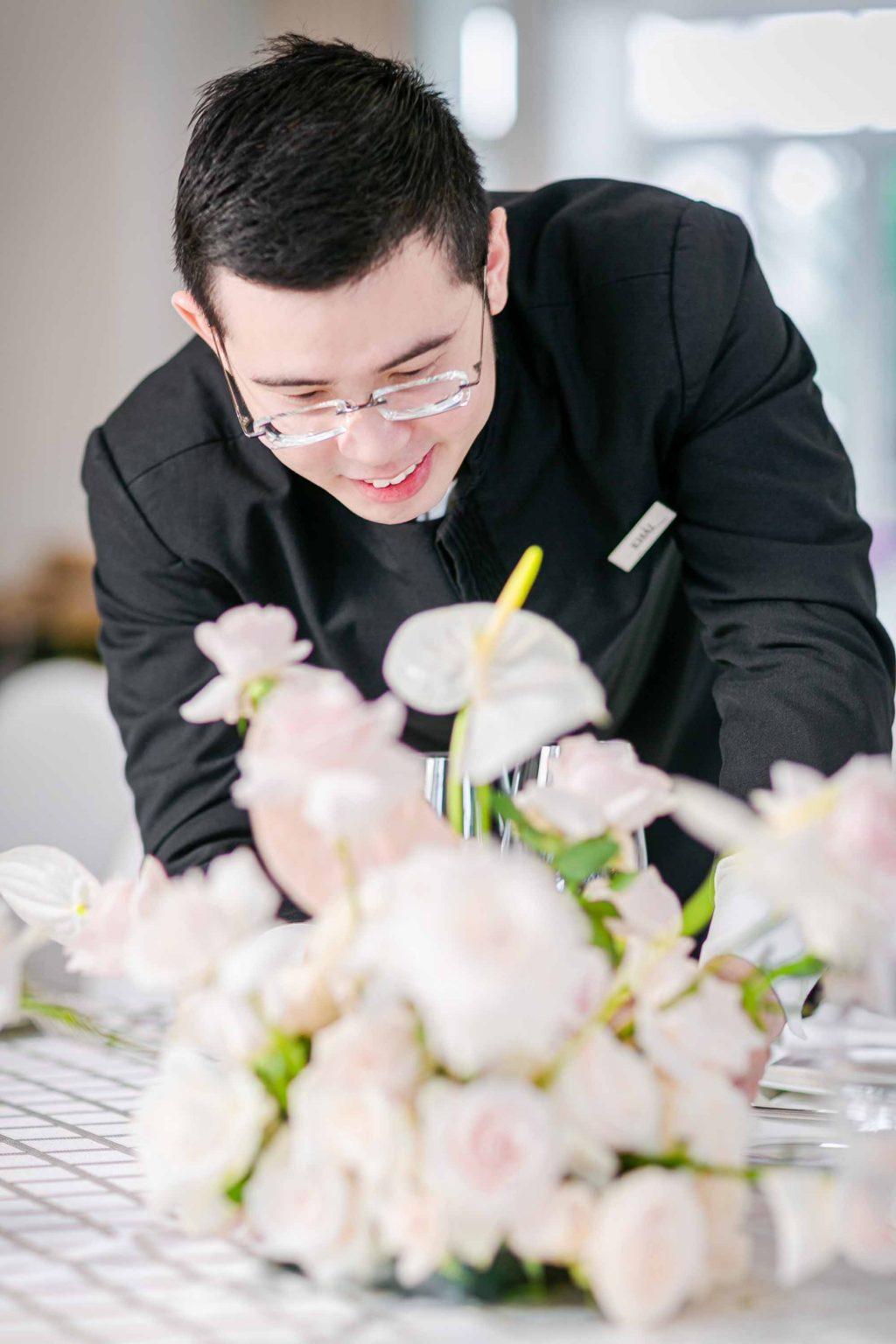 nhân viên trang trí bàn tiệc kỷ niệm ngày cưới