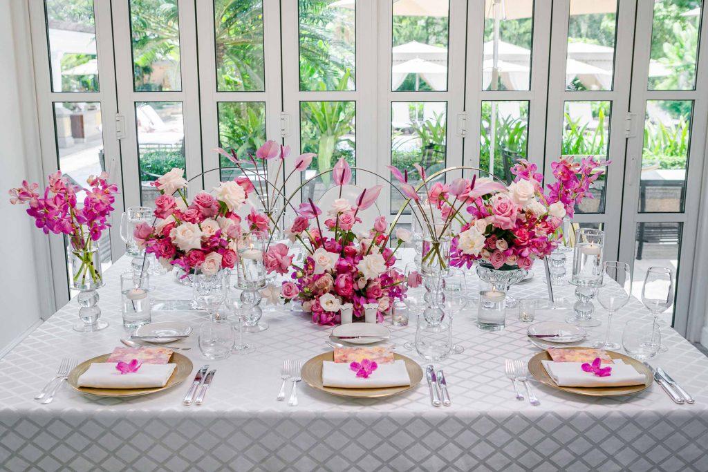 bàn tiệc có hoa màu hồng