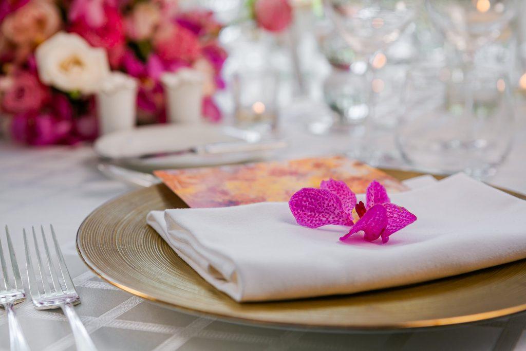 hoa trang trí trên bàn tiệc