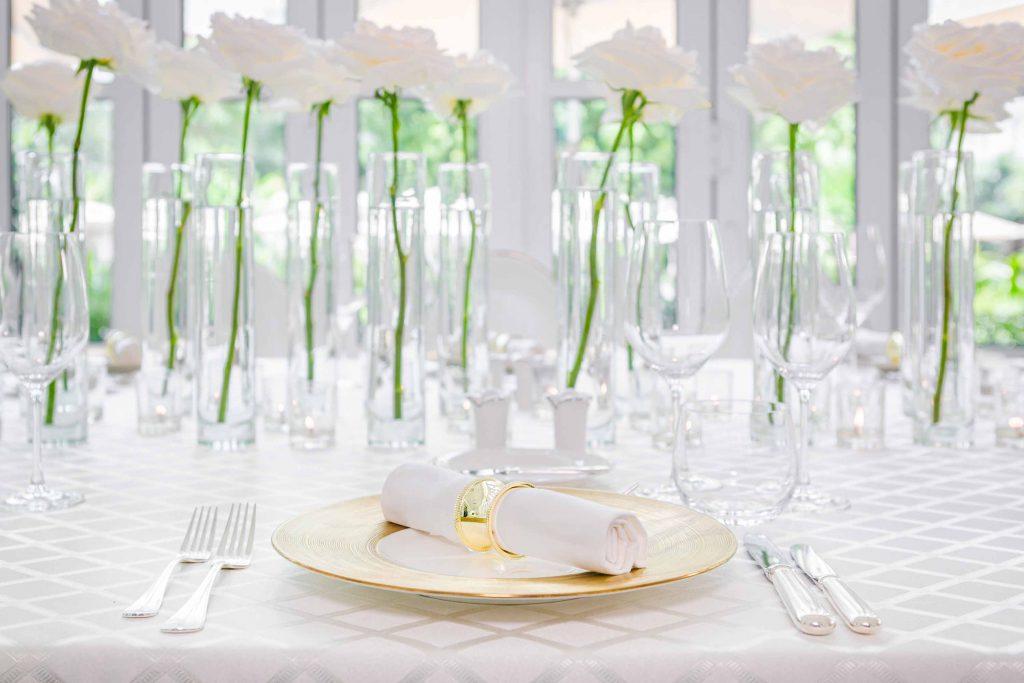 hoa trang trí trên bàn tiệc màu trắng