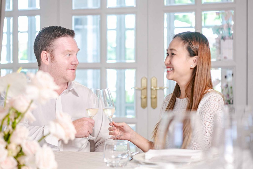 cặp đôi bên bàn tiệc rượu park hyatt saigon