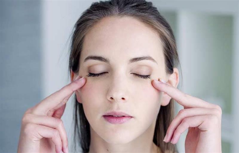 cô gái đẹp đặt tay lên mắt massage tanaka