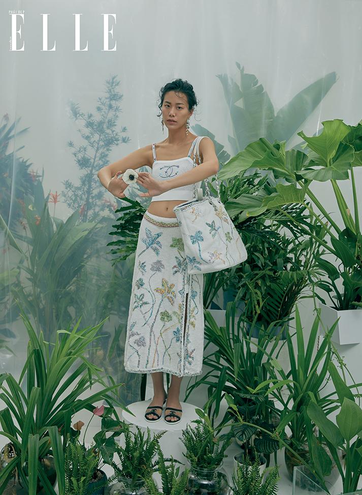 cô gái mặc áo nữ cổ vuông va chân váy midi trắng