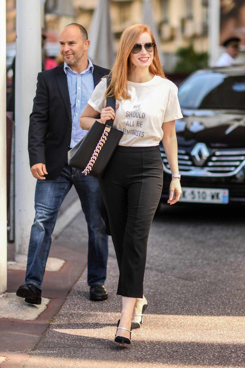 phong cách thời trang của Jessica Chastain gắn liền với áo phông trắng, quần âu và những đôi giày mary jane thanh lịch