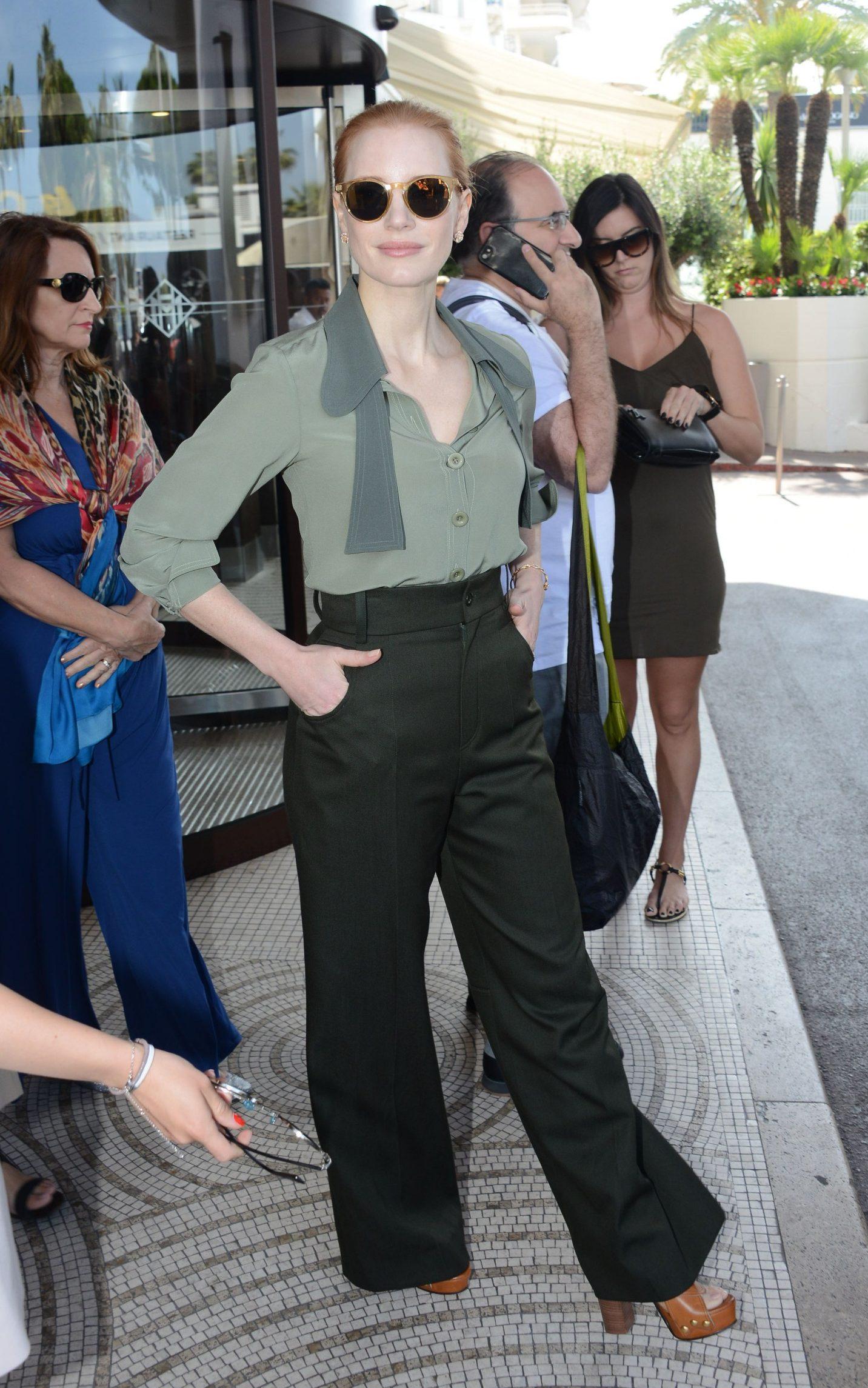 Jessica Chastain khoe khéo phong cách thời trang lịch lãm với áo sơmi xanh rêu, quần âu, giày cao gót đến dày và kính mát