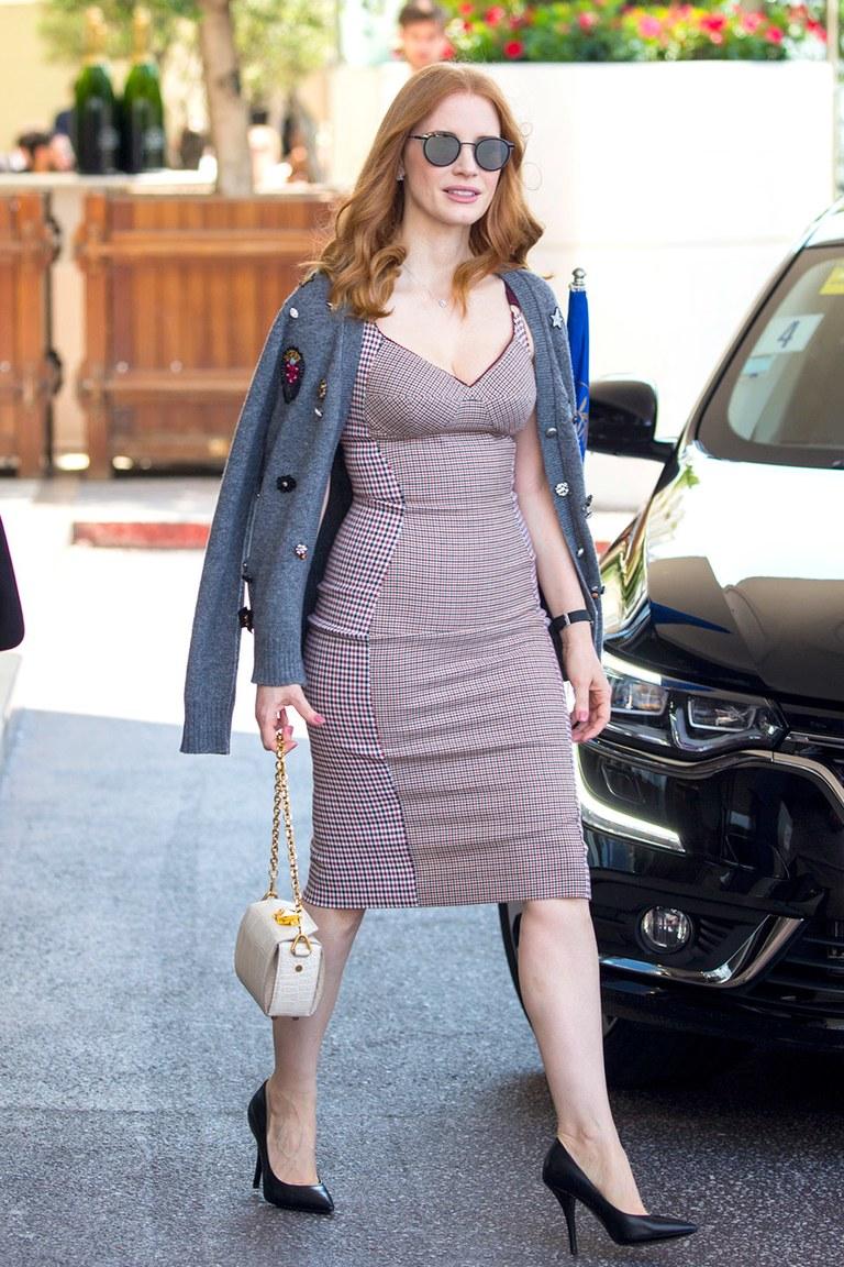 Jessica Chastain khoe phong cách thời trang thời thượng tại liên hoan phim cannes với đầm bodycon kẻ ô, áo cardigan mỏng màu xám, túi xách, kính mát gọng tròn và giày cao gót