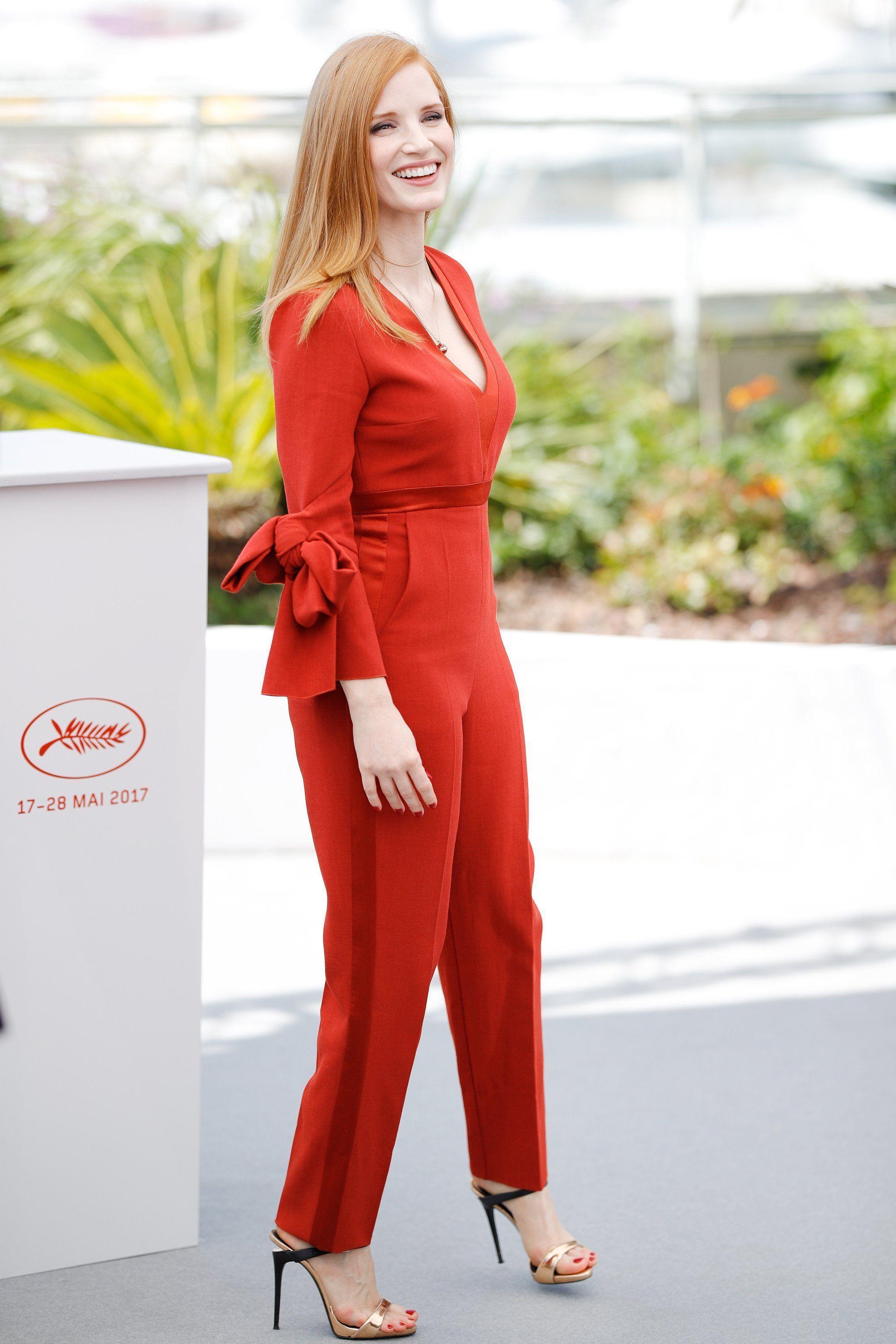 Jessica Chastain mặc jumpsuit đỏ và giày cao gót ánh vàng tại liên hoan phim cannes 2017