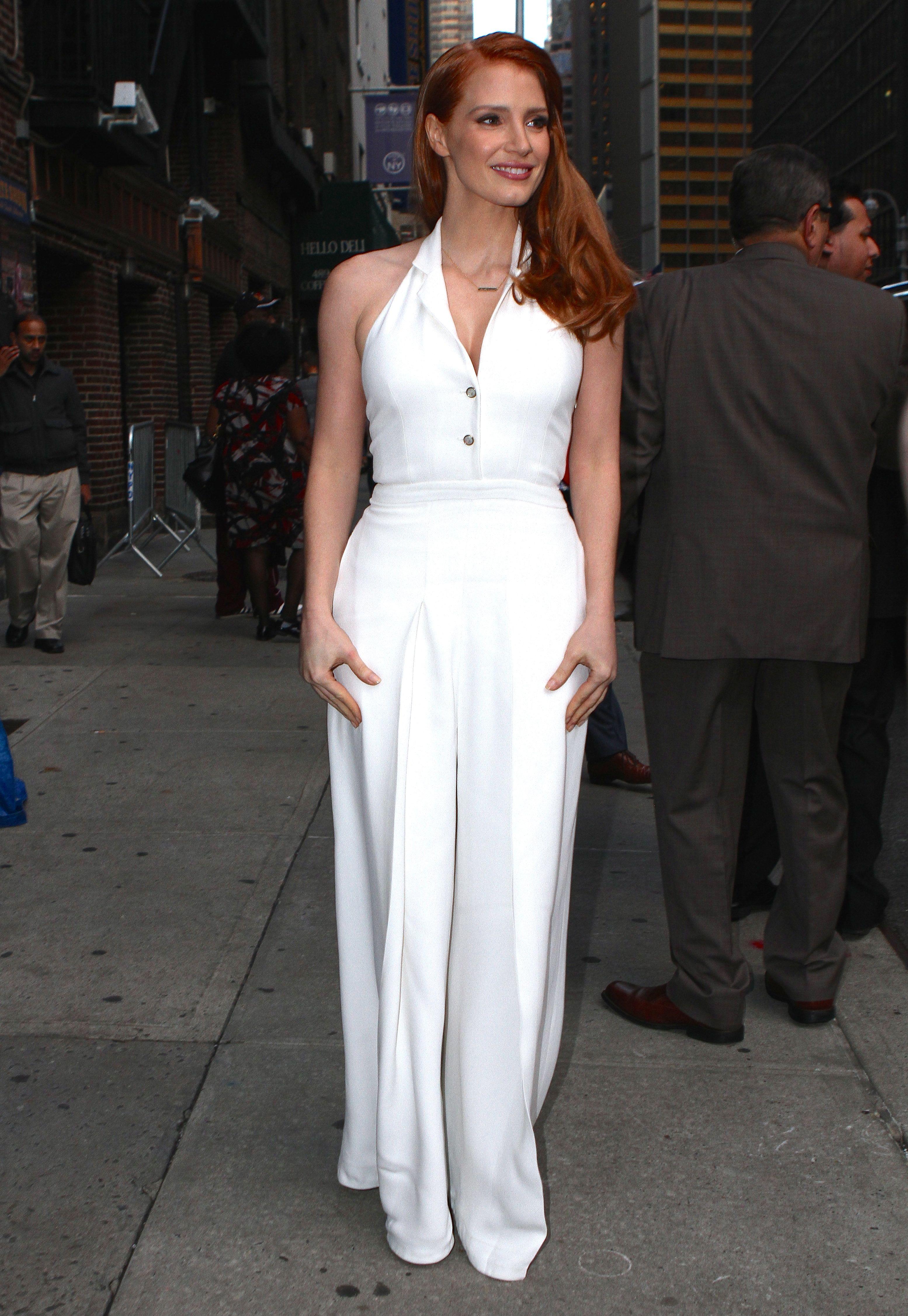 Jessica Chastain diện jumpsuit trắng với chi tiết cổ chữ V tại chương trình Late Show With Letterman ở New York