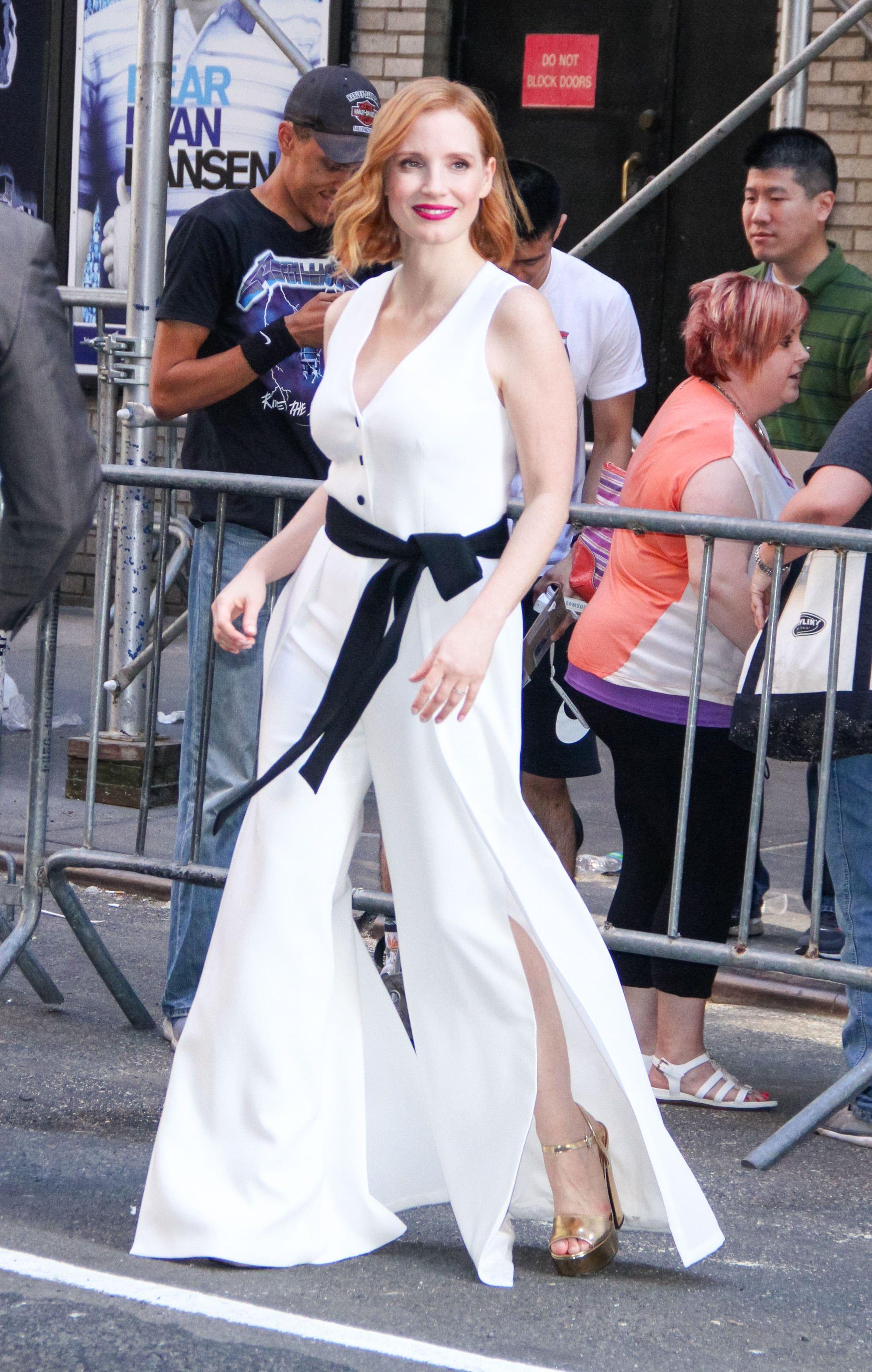 Jessica Chastain diện jumpsuit trắng ống loe, giày cao gót metallic và thắt lưng đen trong buổi công chiếu phim