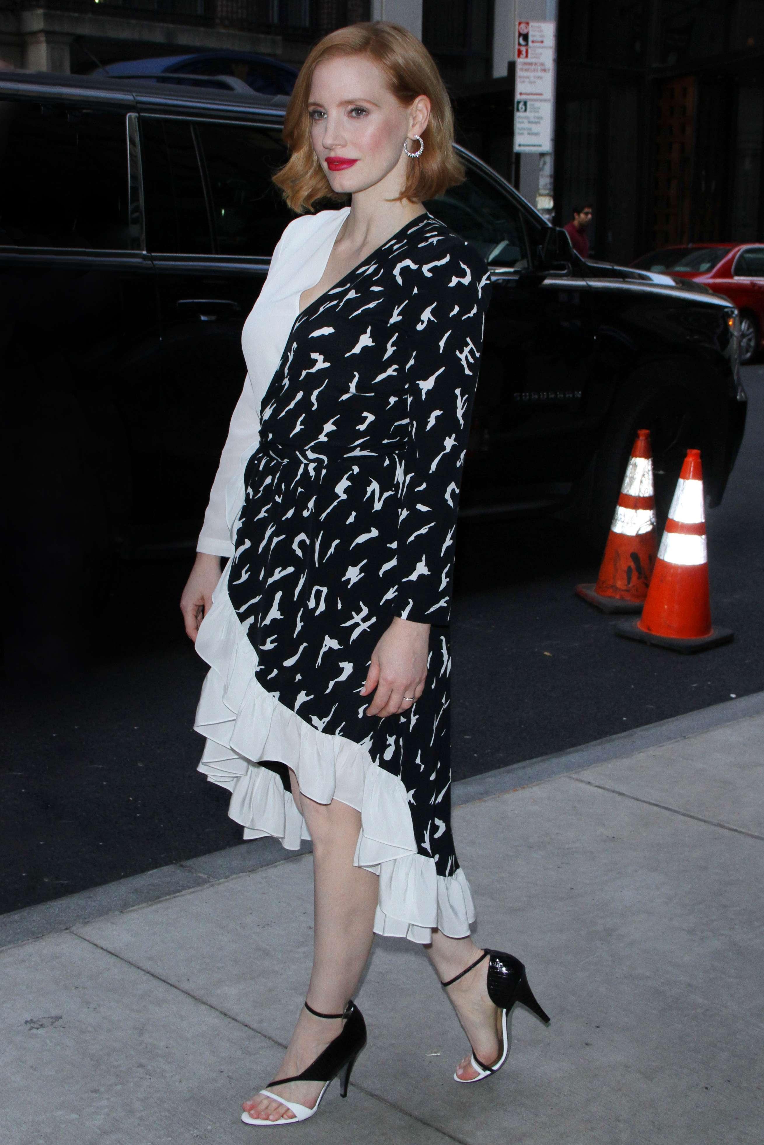 Jessica Chastain phô diễn phong cách thời trang sang trọng trong chiếc đầm midi chữ V đen trắng và họa tiết thu hút thị giác cùng giày cao gót