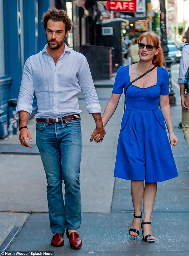 Jessica Chastain dạo phố cùng chồng trong bộ váy xanh cobalt và giày cao gót quai mảnh lây cảm hứng từ thời trang nhưng năm 1950s