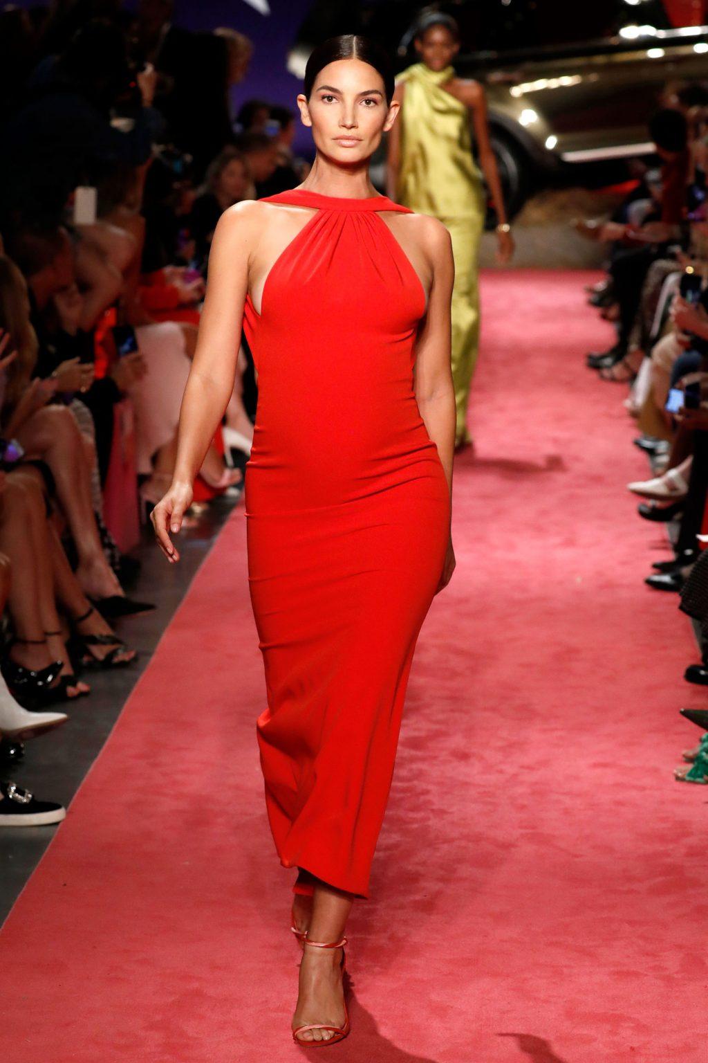 lily alridge mặc đầm đỏ của Brandon Maxwell