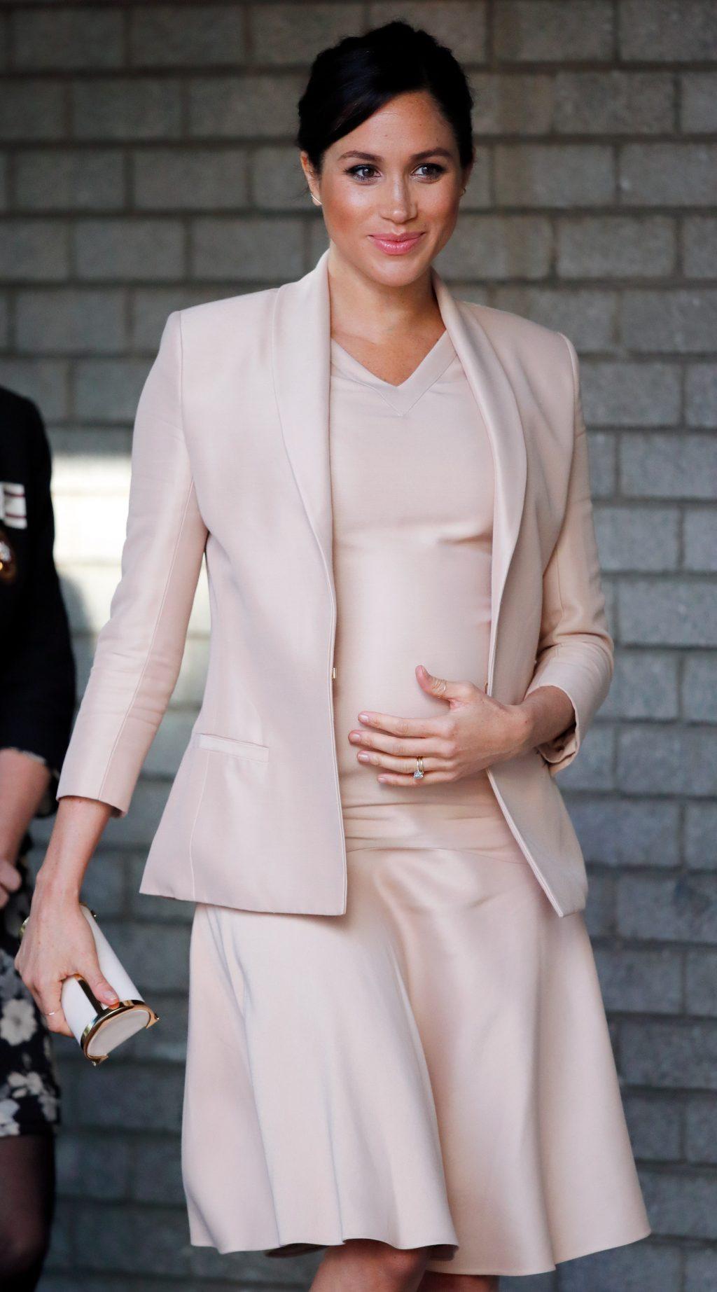 meghan markle mặc đầm và áo vest màu kem của brandon maxwell