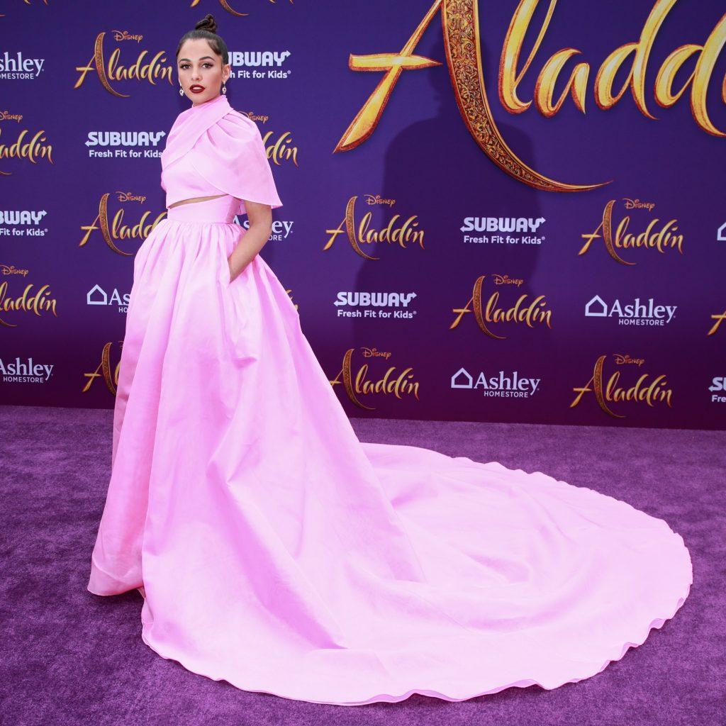 naomi scott mặc đầm màu hồng của stylist của ca sĩ Lady Gaga