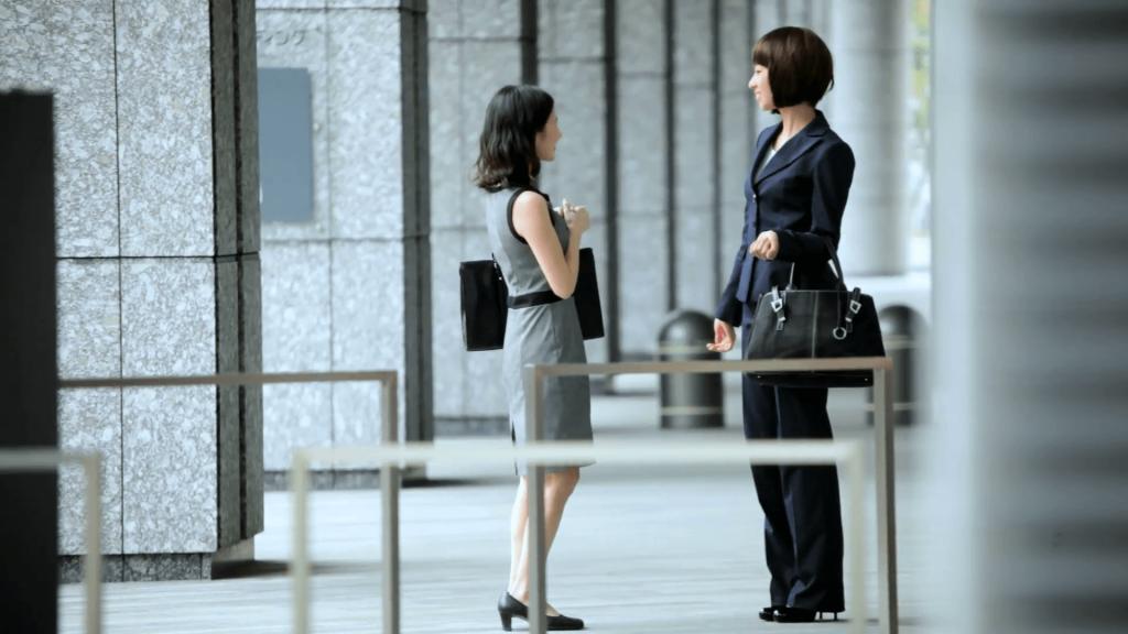 trang phục công sở phụ nữ nhật bản mang giày cao gót đen