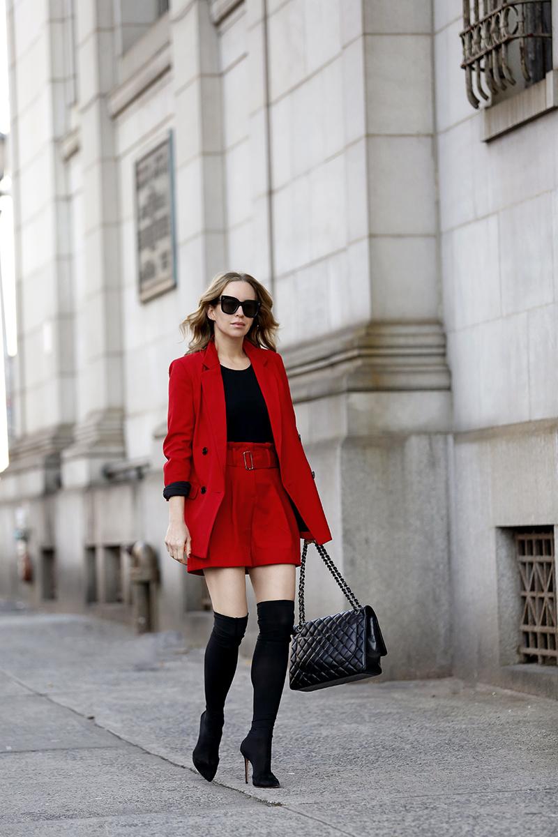 trang phục phỏng vấn áo blazer đỏ chân váy đỏ bốt đen