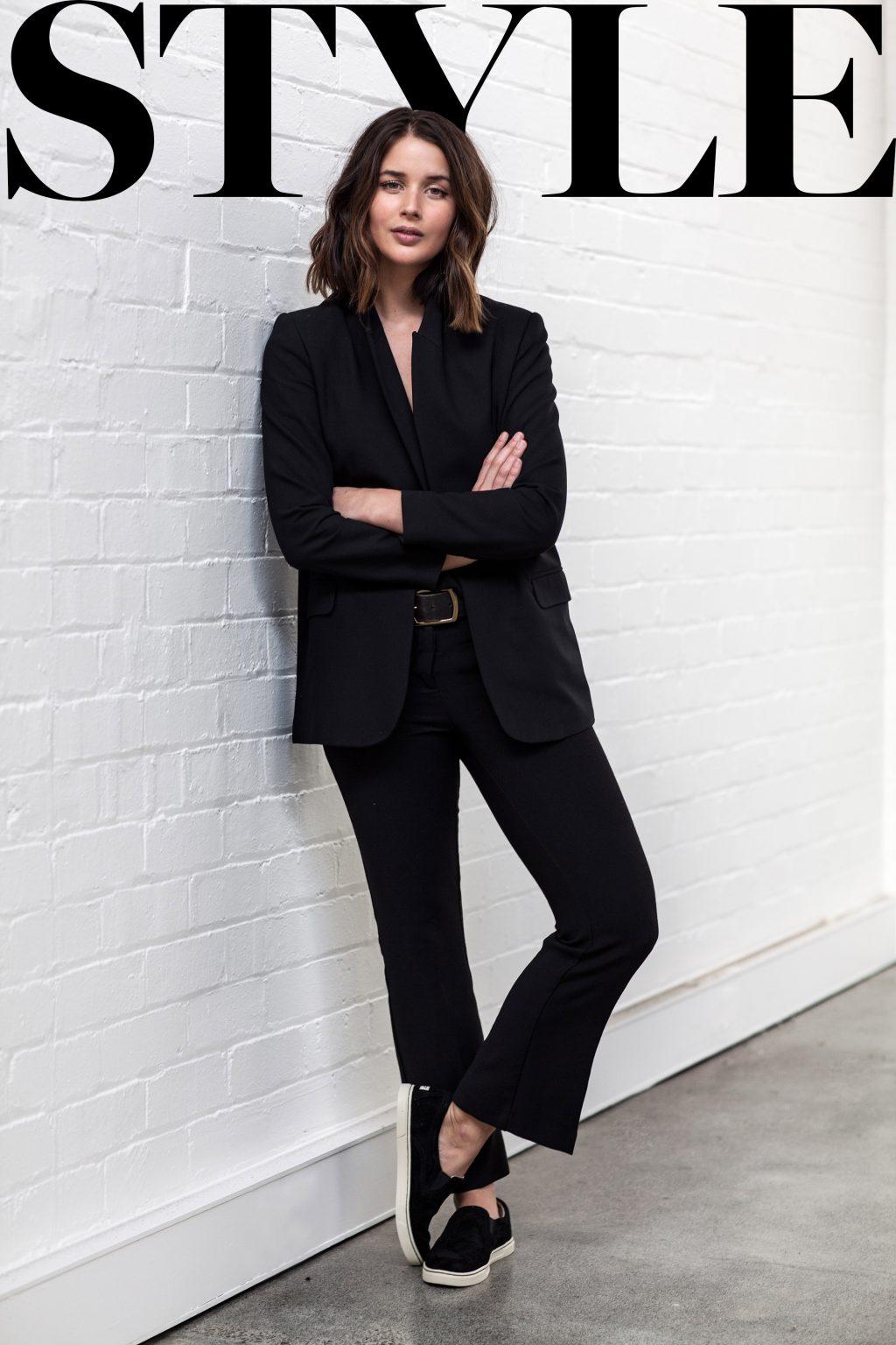 trang phục phỏng vấn suit màu đen và giày đen