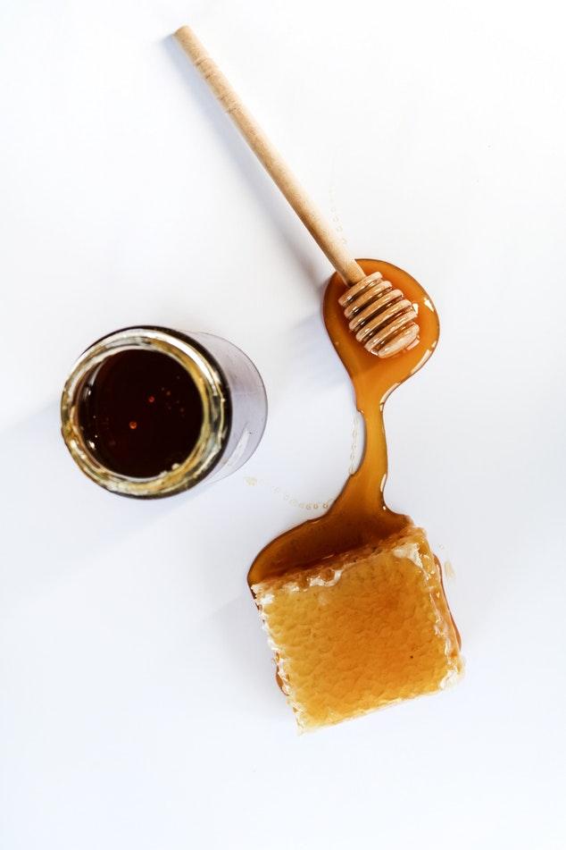 trị mụn bằng mặt nạ mật ong và quế