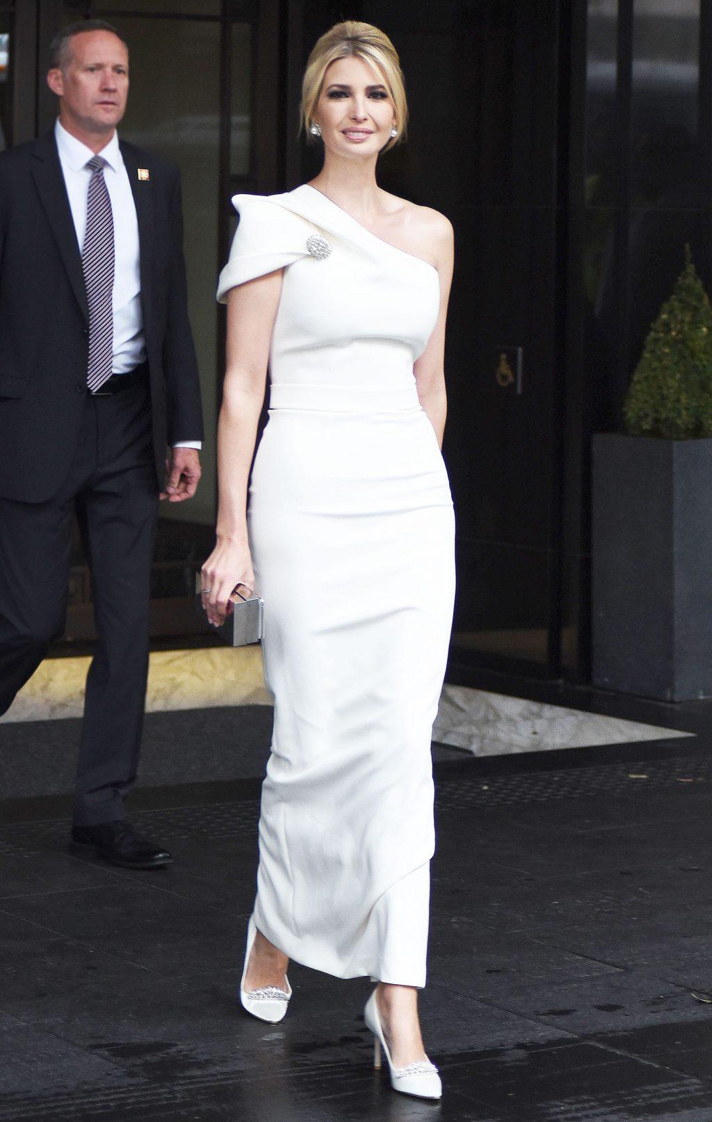 Ivanka diện đầm lệch vai màu trắng chuyến công du London