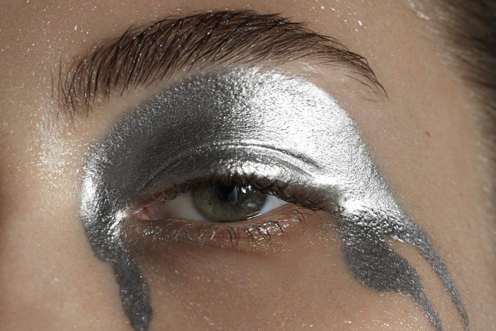 cô gái mắt bạc chữa lành làn da