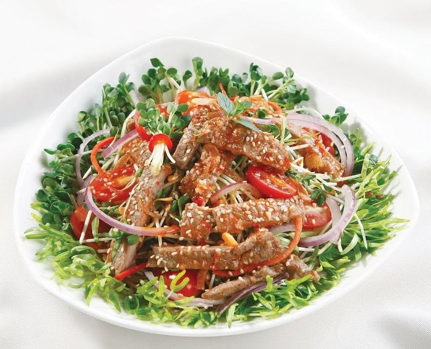 dĩa salad giảm cân rau mầm và bò